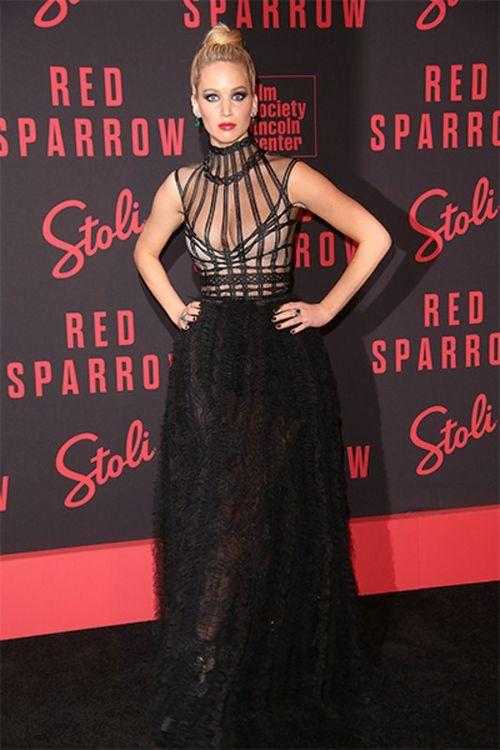 27-Летняя дженнифер лоуренс появилась в образе роковой женщины на премьере «красного воробья» в нью-йорке