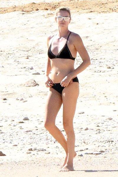 42-Летняя шарлиз терон продемонстрировала стройную фигуру в бикини