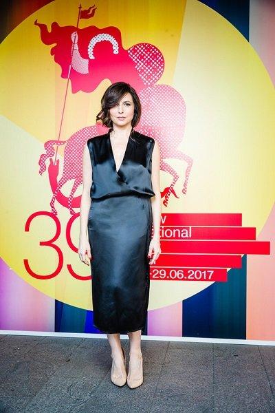 43-Летняя алиса хазанова появилась в платье с рискованным декольте на премьере своего дебютного фильма