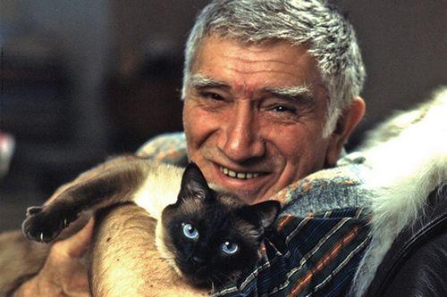 82-Летний армен джигарханян расплакался из-за потери любимого кота
