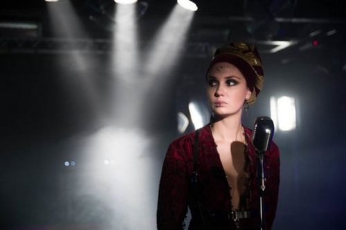 Агата муцениеце сыграла эксцентричную певицу в новом сериале нтв «живой»