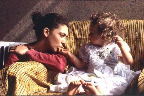 Аглая тарасова поделилась трогательным снимком из детства с мамой ксенией раппопорт