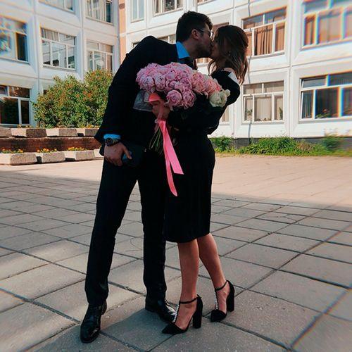 Александра стриженова страстно поцеловала возлюбленного на школьном дворе