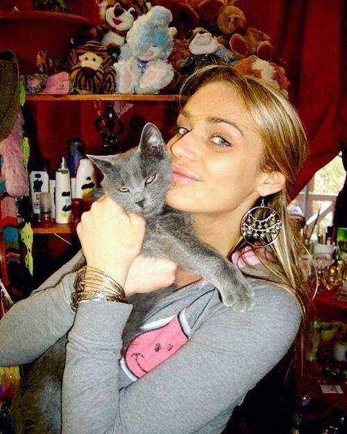 Алена водонаева показала, как ее кот катается на скейте