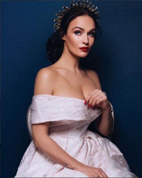 Алёна водонаева удивила поклонников свадебным нарядом с откровенным декольте