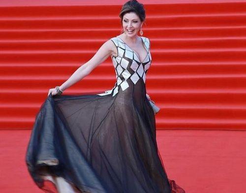 Анастасия макеева покорила красную дорожку кинофестиваля в москве своим «голым» платьем