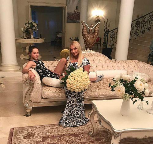 Анастасия волочкова научила дочь, как реагировать на хейтеров
