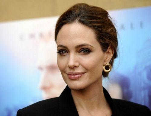 Анджелина джоли продемонстрировала грудь: как часто актриса любит ходить без белья?