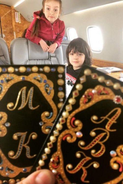 Дети филиппа киркорова получили обложки для паспортов с золотой отделкой и жемчугами