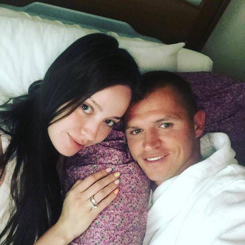 Дмитрий тарасов показал свою жену анастасию костенко без бровей и ресниц