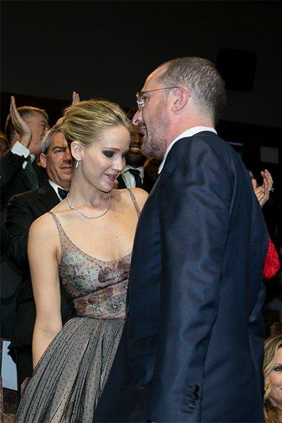 Дженнифер лоуренс и даррен аронофски не смогли скрыть чувства на венецианской премьере триллера «мама!»