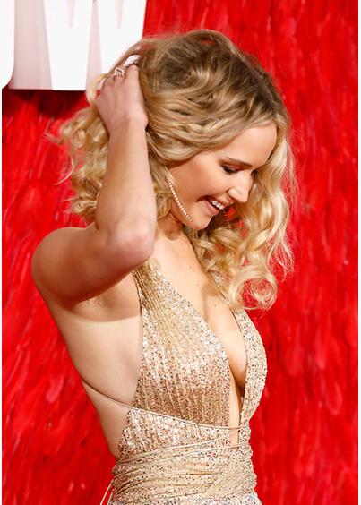 Дженнифер лоуренс появилась на премьере фильма о русской шпионке в платье с откровенным декольте