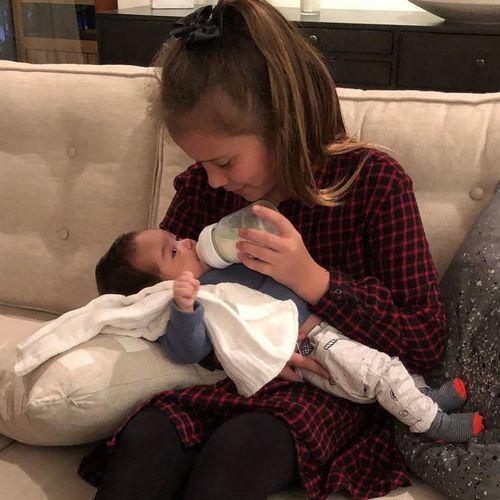 Джессика альба поделилась трогательным фото, на котором ее старшая дочь кормит из бутылочки младшего брата