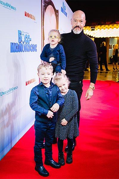 Федор бондарчук вместе с внуками и невестой пришел на премьеру мультфильма «босс-молокосос»