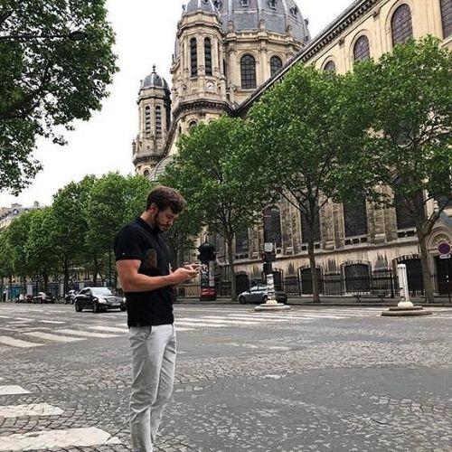 Хейтеры смеются над гуляющим на «улочках франции» антоном гусевым