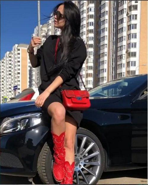 Экс-участница «дом-2» виктория романец прихвастнула новыми красными сапогами