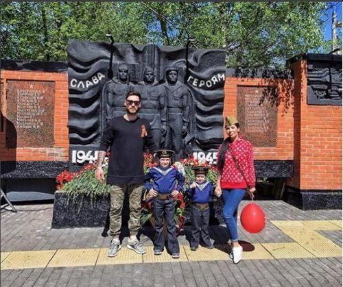 Экс-участница «дома-2» юлия салибекова вместе с детьми почтила память погибших на войне