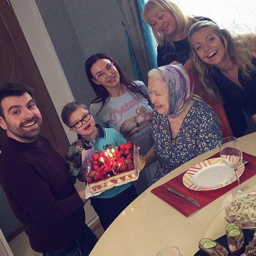 Эвелина бледанс отпраздновала семейное торжество в компании экс-супруга и сына