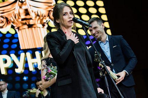 Юлия барановская как звёздный редактор «вокруг тв» получила «премию рунета — 2017»