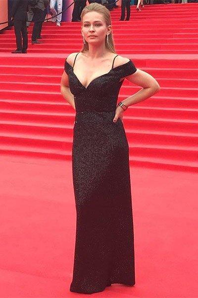 Юлия пересильд появилась на закрытии ммкф в платье со смелым декольте