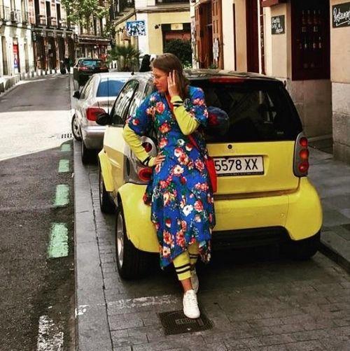 Ксению собчак пристыдили за «бабушкин» халат, надетый под ярко-жёлтый спортивный костюм