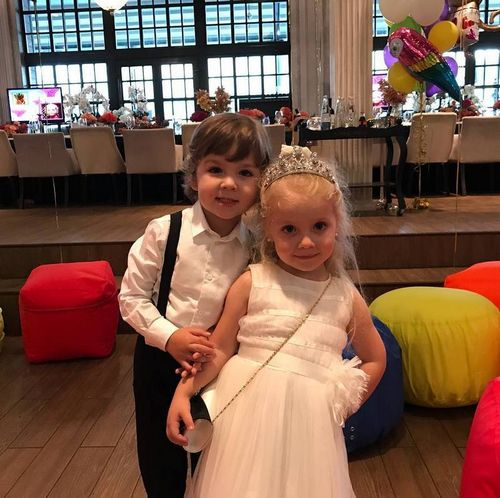 Максим галкин показал видео, на котором их с аллой пугачевой дочь танцует и садится на шпагат