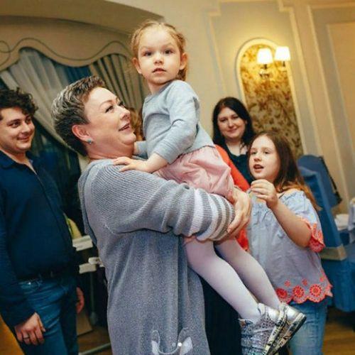 Мария аронова поделилась редким семейным фото с 14-летней дочерью и супругом