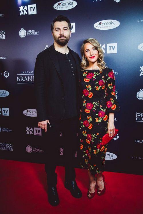 Молодые родители алексей чумаков и юлия ковальчук впервые за долгое время вышли в свет вместе
