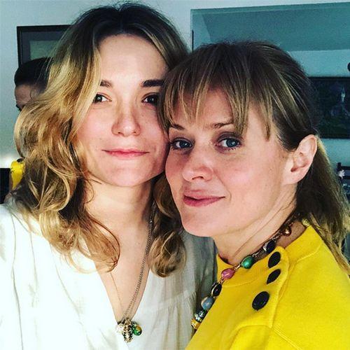 Надежда михалкова опубликовала ретро-фото со старшей сестрой анной и трогательно поздравила ее с днем рождения