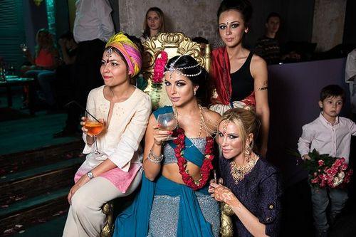 Нюша отпраздновала день рождения в индийском стиле и в компании настоящего йога