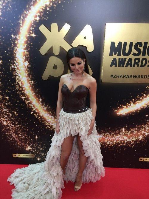Нюша появилась на музыкальной премии «жара» в платье с экстремальным декольте