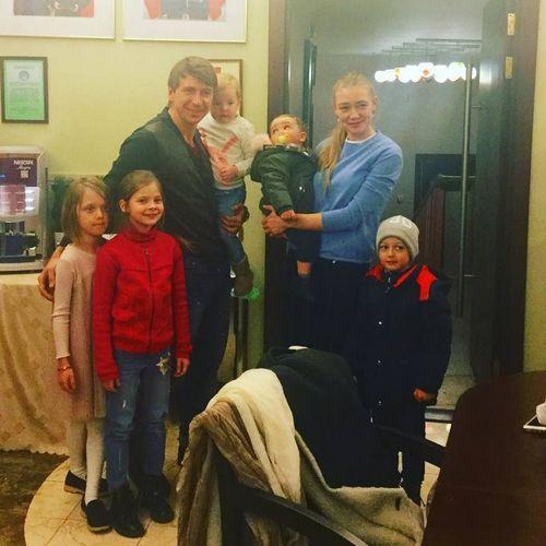 Оксана акиньшина впервые снялась с полуторагодовалой дочерью для обложки глянца