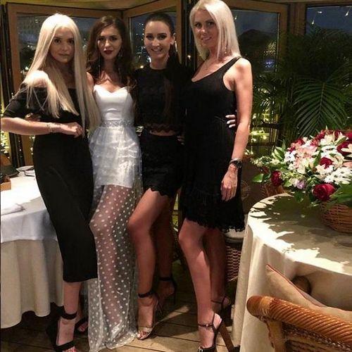 Ольга бузова с подругами отпраздновала день рождения сестры в собственном ресторане buzfood