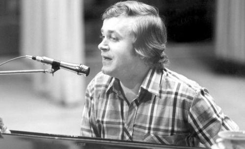 Первый канал расскажет о непростой судьбе певца и композитора евгения мартынова