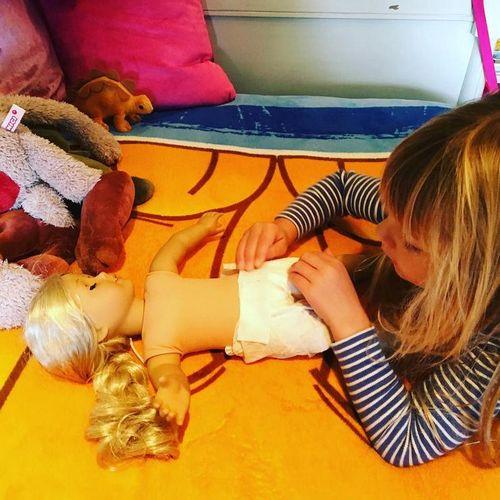 Пятилетняя дочь пинк учится менять подгузники