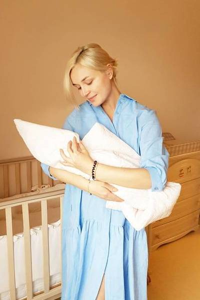 Полина гагарина опубликовала первое фото с новорожденной дочерью