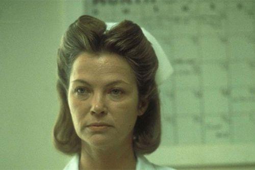 Сара полсон сыграет медсестру рэтчед в сериале-приквеле фильма «пролетая над гнездом кукушки»