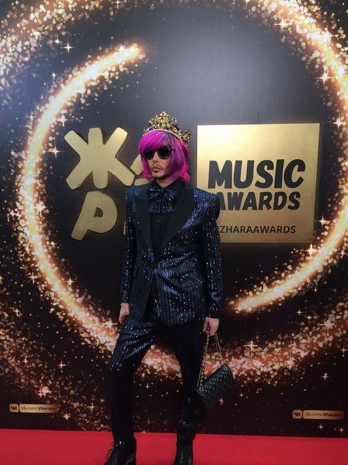 Сергей зверев пришел на музыкальную премию «жара» с ярко-лиловыми волосами и в короне
