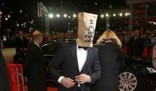 Шайа лабеф появился на кинофестивале с пакетом на голове