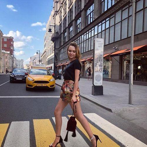 Стефания маликова в юбке-шортах прогулялась по москве