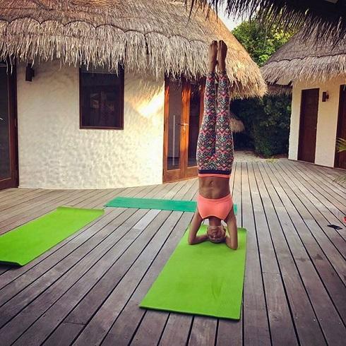 Стойка на голове в позе лотоса — йога в тренде