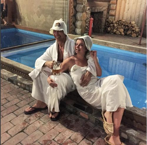 В сеть попали фото королевой и тарзана из бани