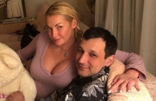 Волочкова сообщала, что рассталась с программистом из-за его пьянства