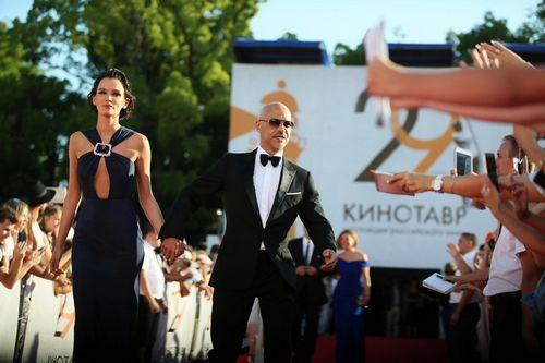 Возлюбленная фёдора бондарчука паулина андреева впечатлила смелым декольте на закрытии «кинотавра-2018»