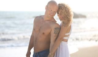 Звезда «сладкой жизни» обнимал известную певицу на пляже (видео)