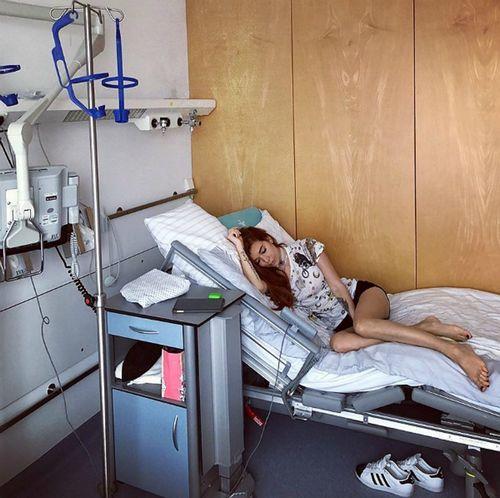 Звезде «битвы экстрасенсов» николь кузнецовой немецкие врачи удалили трубку из горла